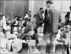 harkis attendant leur transfert vers un camp en juin 1962