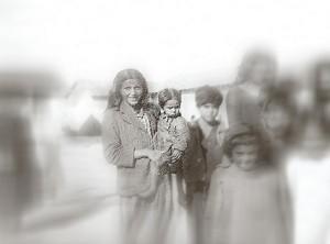 Gitans au camp de Rivesaltes [d'après une photographie du CDJC]
