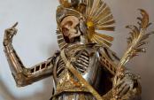Source DGS decouvrez-19-squelettes-plus-vrais-que-nature-sublimes-par-des-parures-de-bijoux19