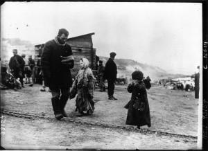 La famine en Russie : un homme vient de toucher la portion pour sa petite famille. Source: Gallica